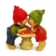 Садовая фигура Мальчик с девочкой на грибочке