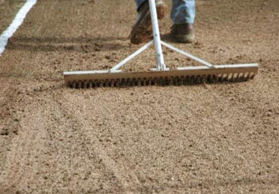 выравниваем почву под газон